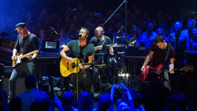Coldplay Dona Miles Fan Enfermo