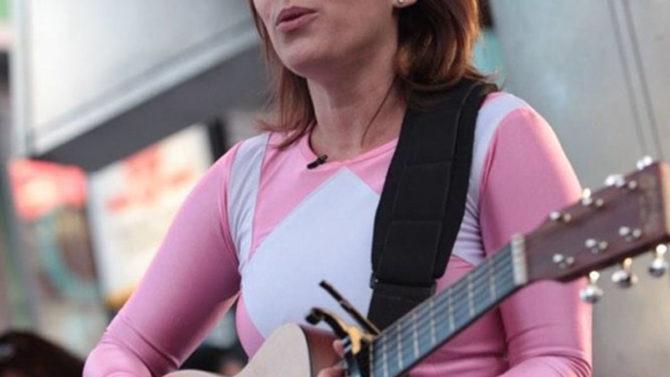 Amy Jo Johnson canta con traje