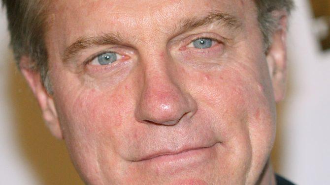 Stephen Collins admite públicamente abuso a