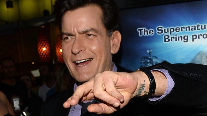 Charlie Sheen amenaza creador Two and