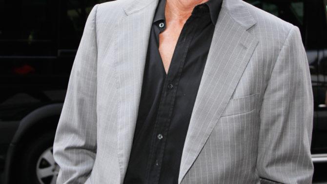 Bruce Jenner aplaza serie