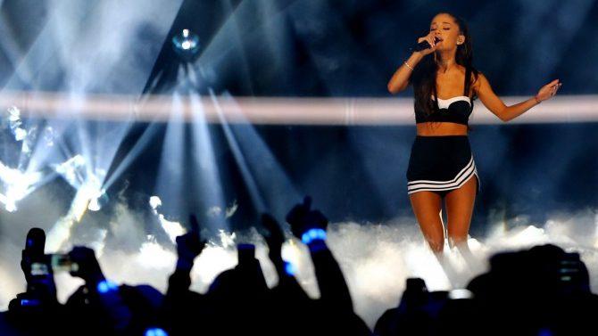 Ariana Grande Cae Escenario Video