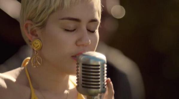 Miley Cyrus canta ayuda jóvenes sin