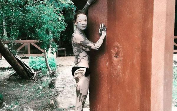 Lindsay Lohan topless limpieza de lodo