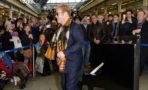 Elton John ofrece concierto sorpresa en