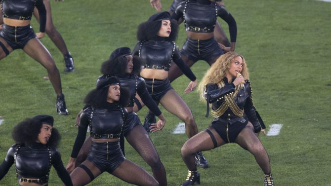 Super Bowl: Beyoncé casi se cae