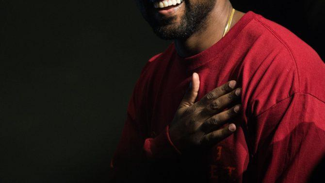 Mira a Kanye West rapeando cuando