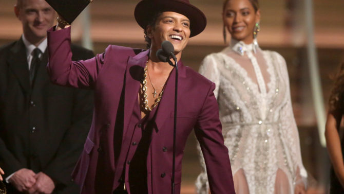 Bruno Mars accept the award for