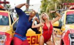 Dwayne Johnson y Kelly Rohrbach muestras