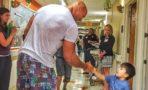 Dwayne Johnson visita pacientes pediátricos durante