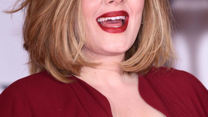 Adele ayuda a una fan a