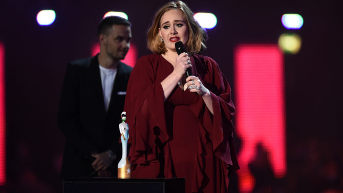 Adele rinde tributo a víctimas del