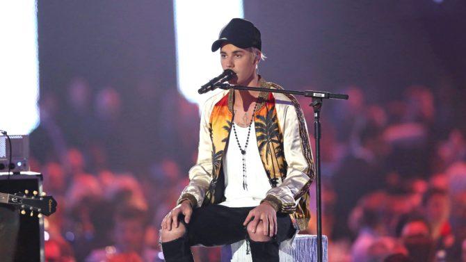Justin Bieber canta tema inédito en