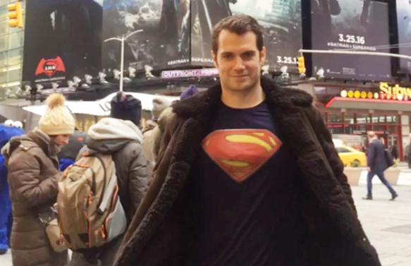 Henry Cavill, vestido de Superman, pasa