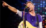 Chris Martin interrumpe concierto para cantarle