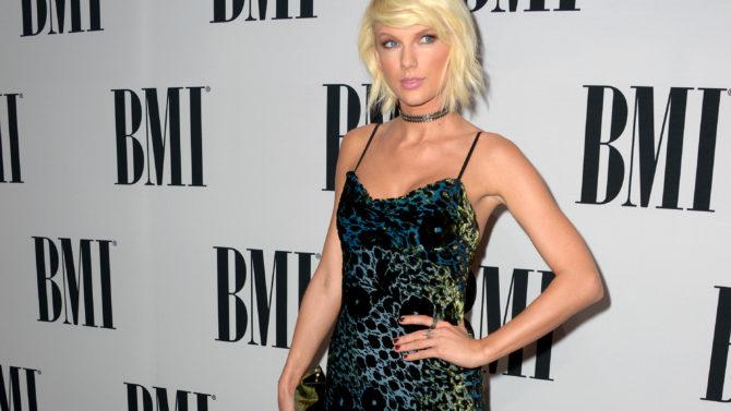 Taylor Swift recibe premio en los