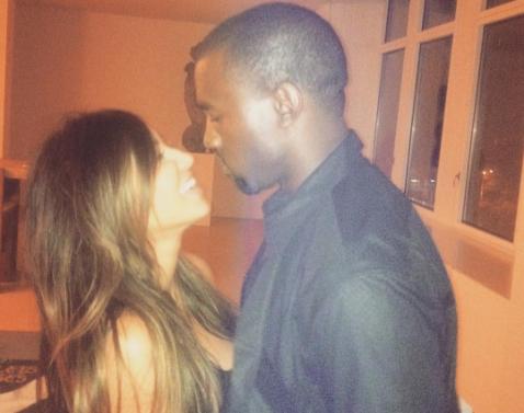 Kim Kardashian celebra aniversario de boda