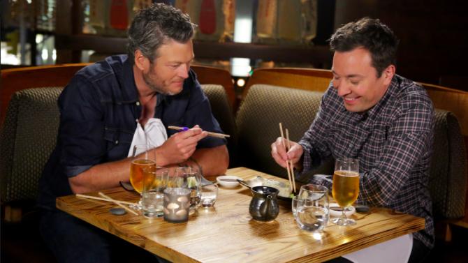 Blake Shelton prueba sushi por primera