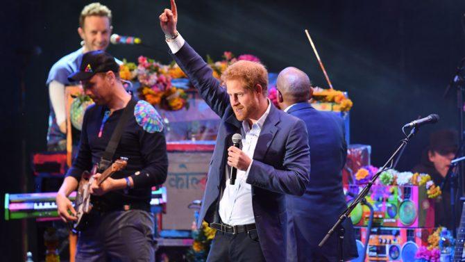 Príncipe Harry canta junto a Coldplay