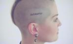 Kelly Osbourne se hace tatuaje en