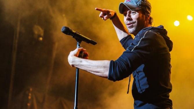 Accidente en concierto Enrique Iglesias aún
