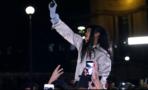 Rihanna corre hacia sus fans en