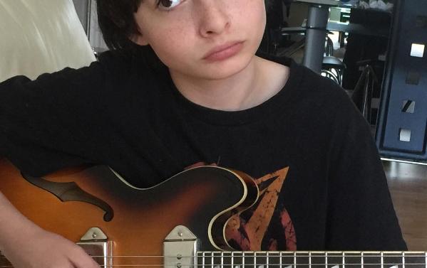 Finn Wolfhard tocando guitarra