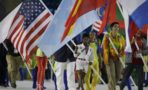 Simone Biles cargando bandera