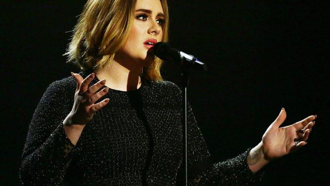 Adele dedica concierto a Brangelina