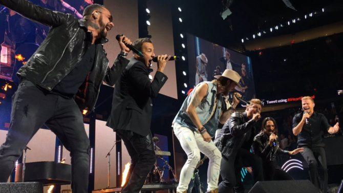 Los Backstreet Boys brindan presentación sorpresa