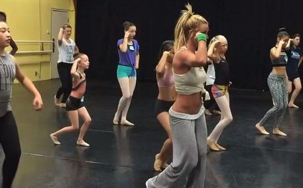 Britney Spears brinda una clase de