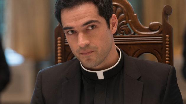 Alfonso Herrera como el padre Tomás