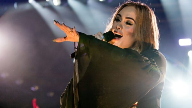 Adele rinde tributo a Amy Winehouse
