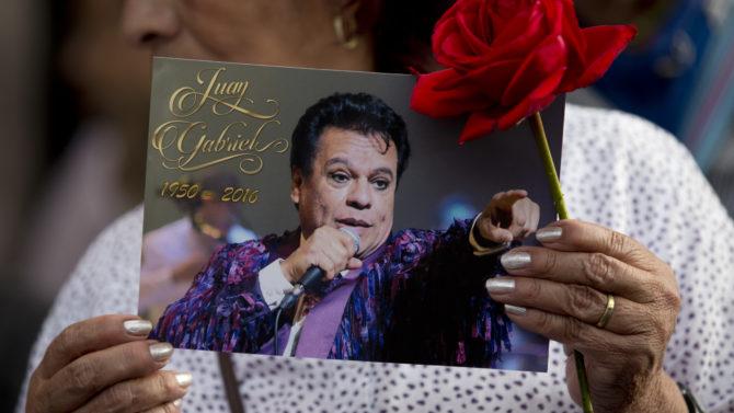 Fanáticos de Juan Gabriel esperan hasta