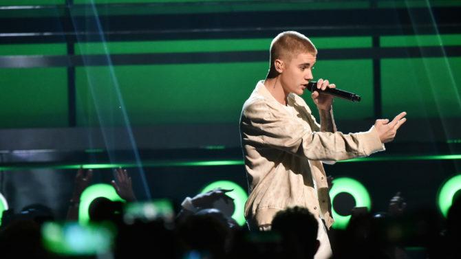 Justin Bieber manda callar fanáticos concierto