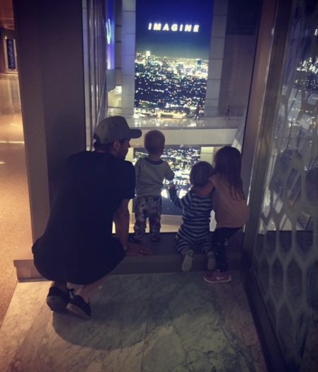 Con sus tres hijos, los gemelos Tristan y Sasha, y su hija mayor, India.