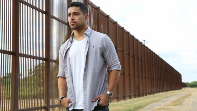 Wilmer Valderrama recorre frontera EE.UU México